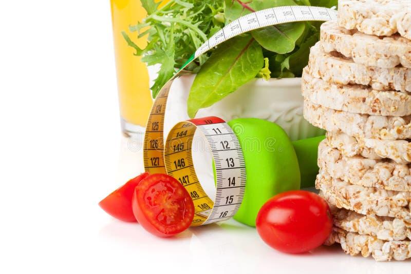 Dumbells, ruban métrique et nourriture saine Forme physique et santé photo libre de droits