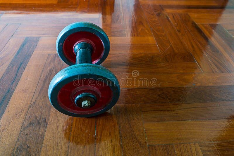 Download Dumbells sur en bois photo stock. Image du exercice, travail - 45366636