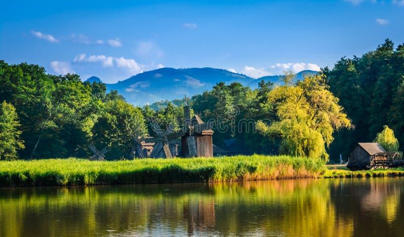 Dumbrava,锡比乌,罗马尼亚:一个湖的风景有风车的 库存图片