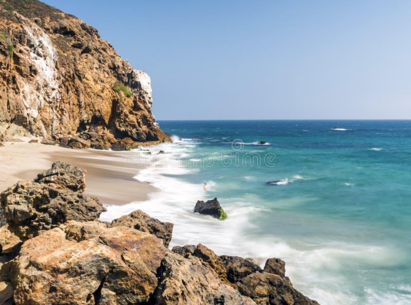 Dume zatoczka Malibu, Zuma plaża, szmaragd i błękitne wody w raj plaży otaczającej falezami, zupełnie Dume zatoczka, Malibu, Kali obrazy stock