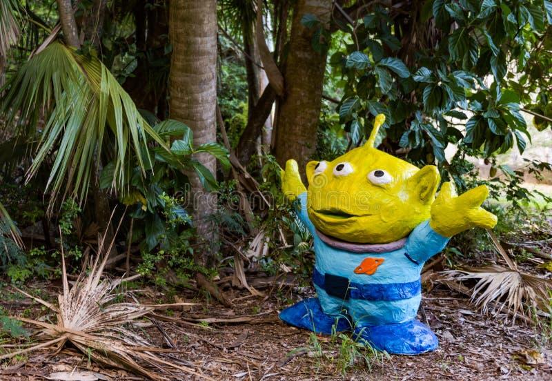 Dummer Außerirdische im tropischen Dschungel-Garten lizenzfreies stockfoto