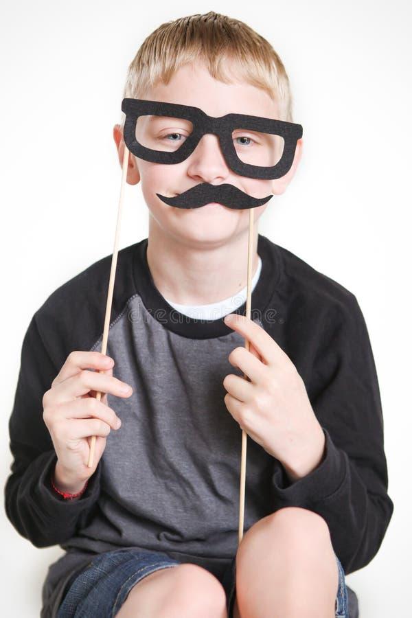 Dummer Junge in der Verkleidung lizenzfreie stockfotografie