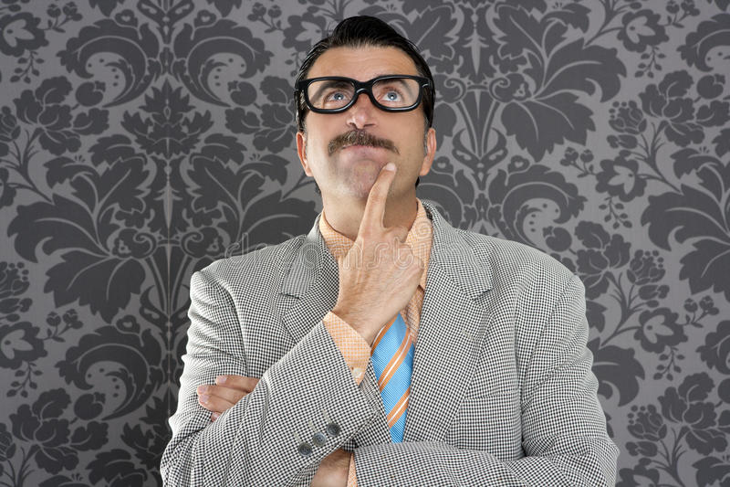 Dummes Lustiges Retro- Der Nachdenklichen Geste Des Sonderlinggeschäftsmannes Stockfoto