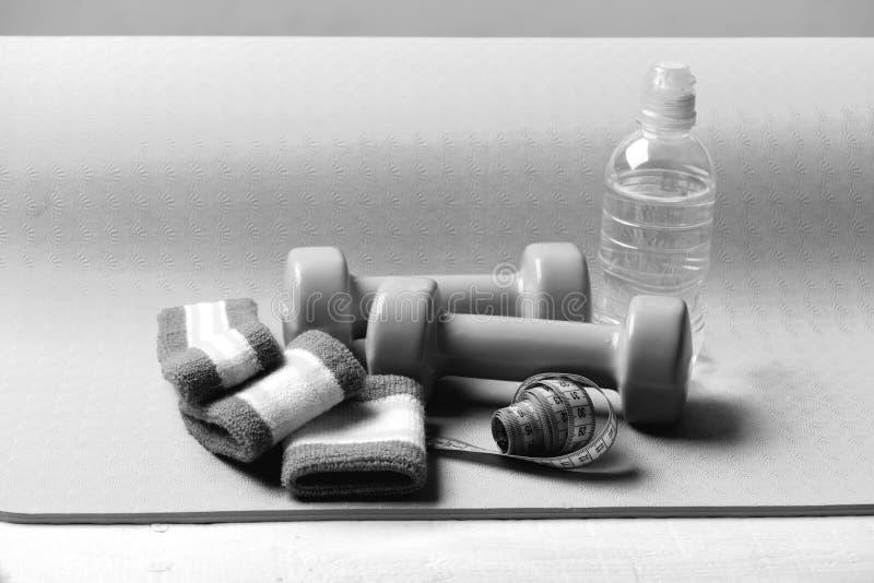 Dummk?pfe, Wasserflasche, Handbands und Ma?band lizenzfreie stockfotografie