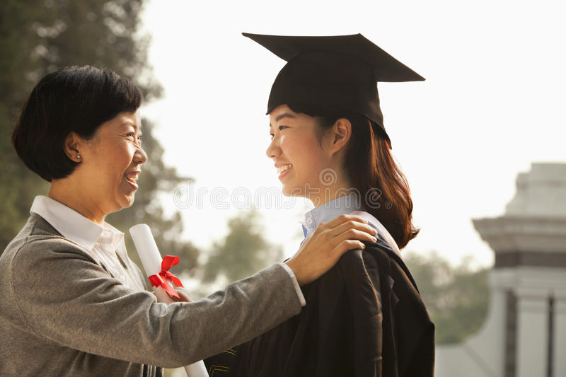 Dumna matka absolwent obraz royalty free