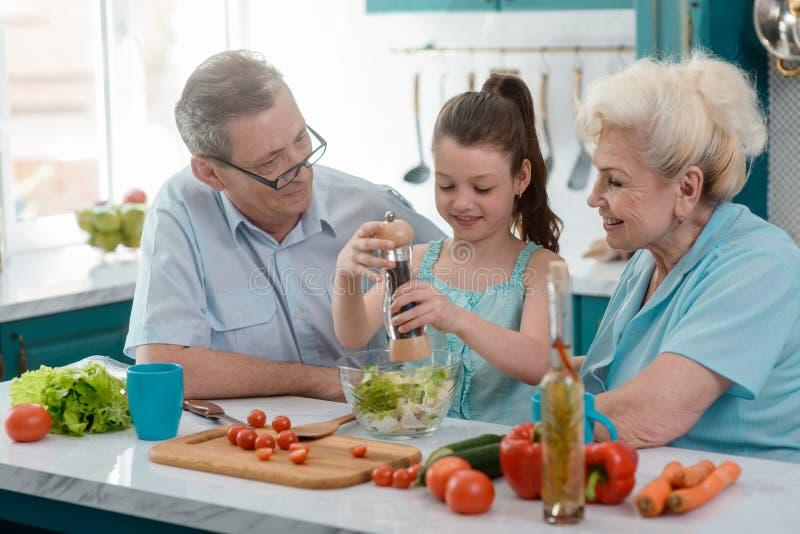 Dumni dziadkowie i ich wnuczka obrazy stock