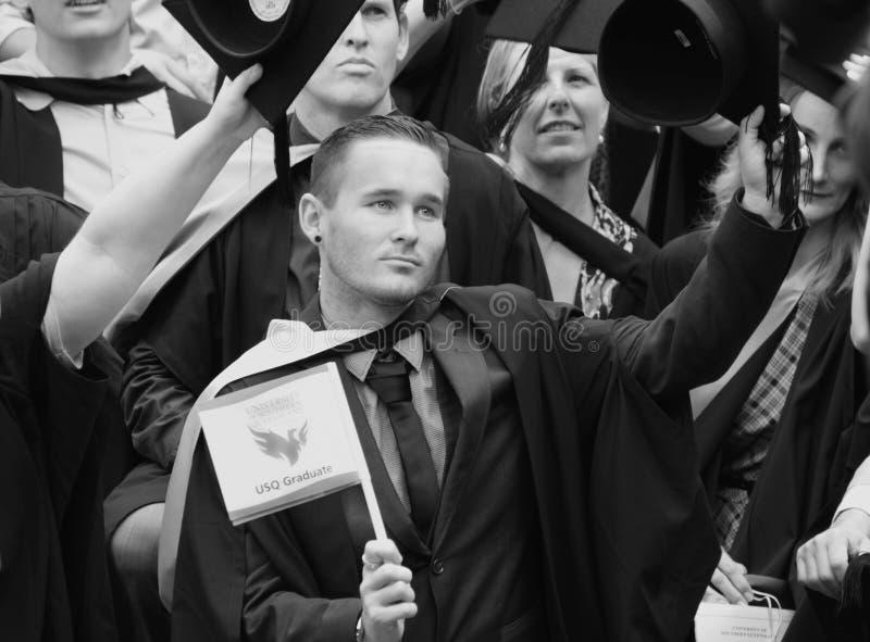 Dumni młodzi człowiecy & kobieta absolwenci USQ skalowania Uniwersytecki dzień obraz royalty free