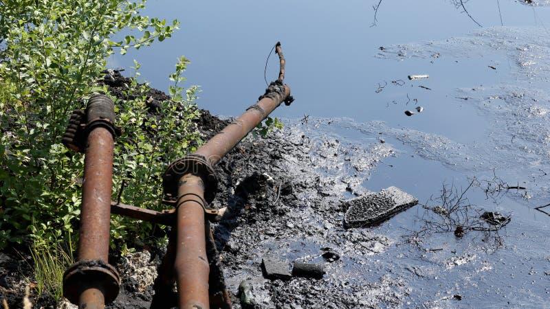 Dumpa giftlig avfalls, olje- lagunföroreningsvatten och jord fotografering för bildbyråer