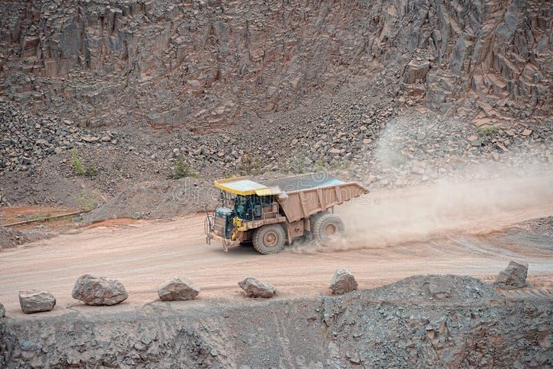 Dumper ciężarówka jedzie wokoło w porfir kopalni łupie fotografia royalty free