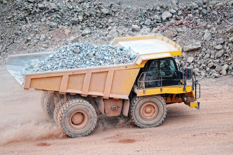 Dumper ciężarówki jeżdżenie w aktywnej łup kopalni porfir kołysa fotografia royalty free