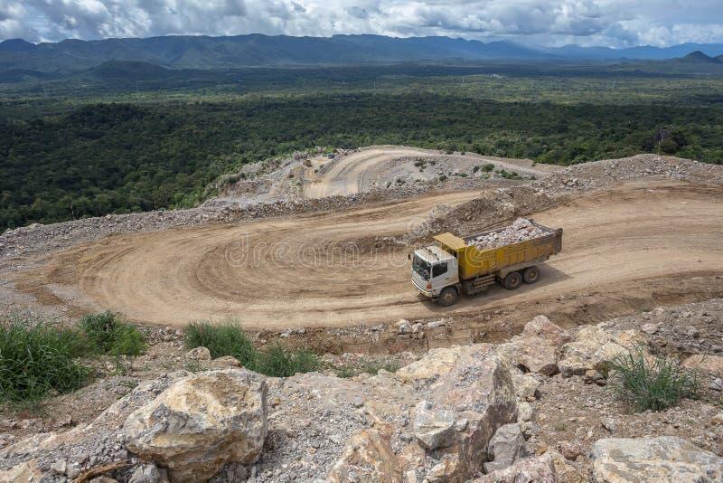 Dumper ciężarówki przewożenia skały w łupie zdjęcia stock