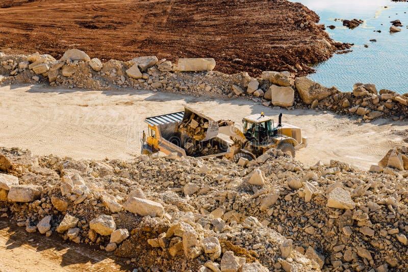 Dumper för grävskopamaskinpäfyllning arkivfoton