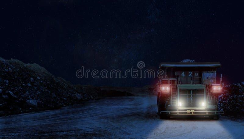 Dumper som transporterar platinamalm för att bearbeta på natten royaltyfria bilder