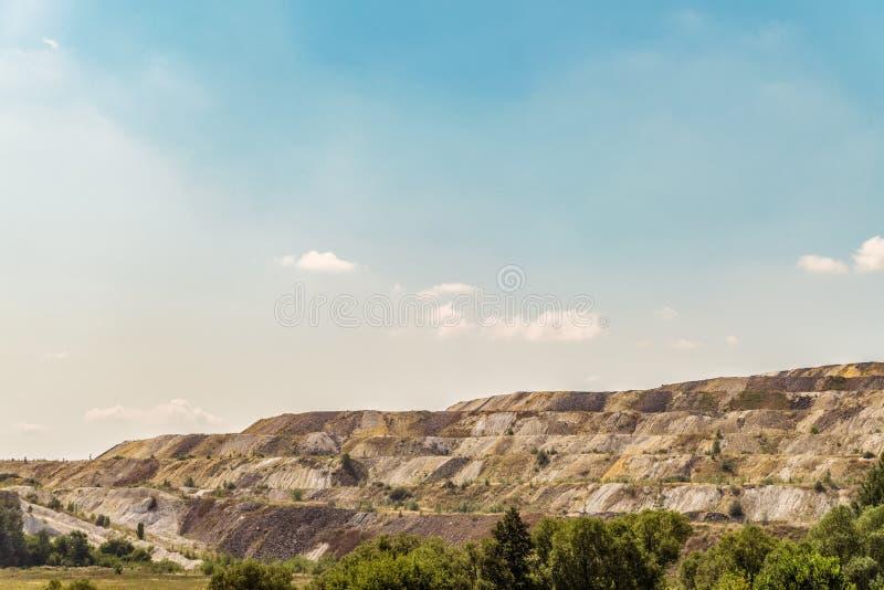 Dumps des verarbeiteten Eisenerzes Abfall von der Eisenerzindustrie stockfoto