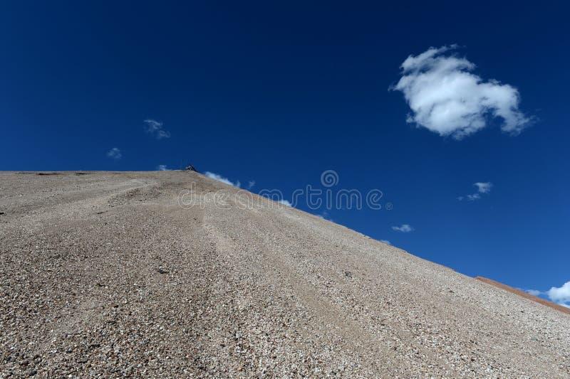 Dumps des verbrauchten Erzes beim Aktash gewinnen Berg Altai stockfotos