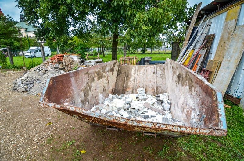 Dumpster för förlorad behållare för konstruktion på bostads- husconst arkivbild