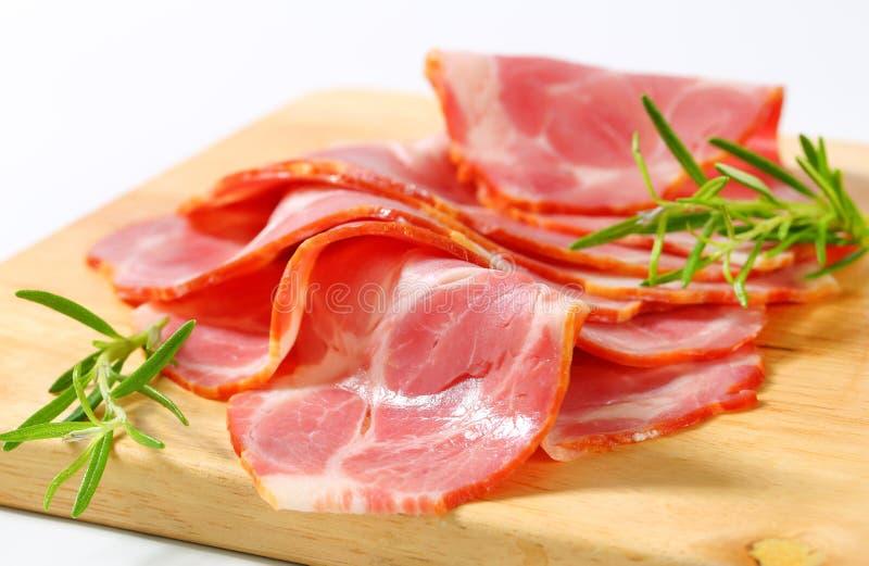 Dun-gesneden gerookte varkensvleeshals stock fotografie