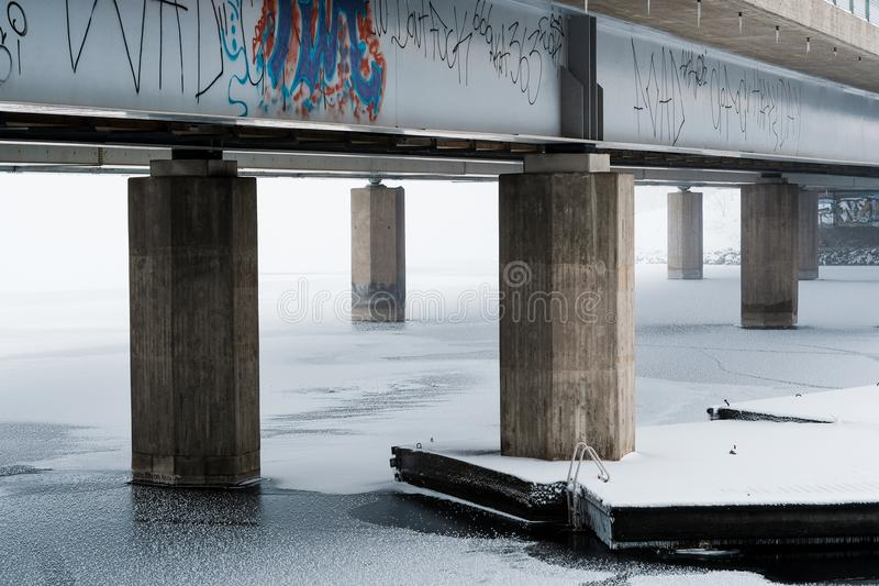 Dun ijs onder de brug royalty-vrije stock foto's