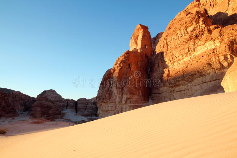 Duna de areia nas montanhas imagens de stock royalty free