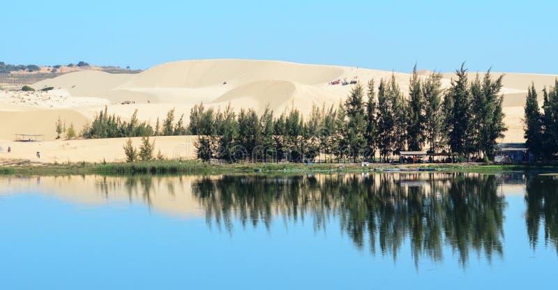 Duna de arena blanca con el lago azul en Mui Ne fotografía de archivo libre de regalías