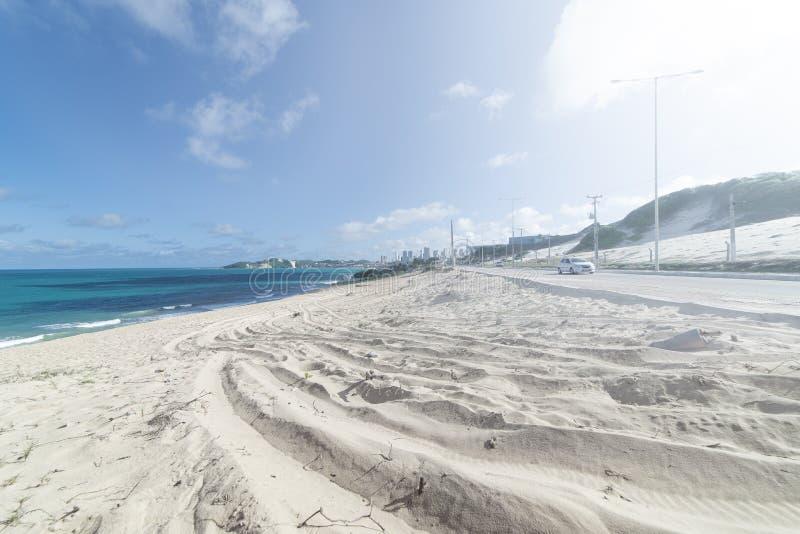 Duna de arena y camino de la arena que lleva al mar Cielo nublado imagen de archivo libre de regalías
