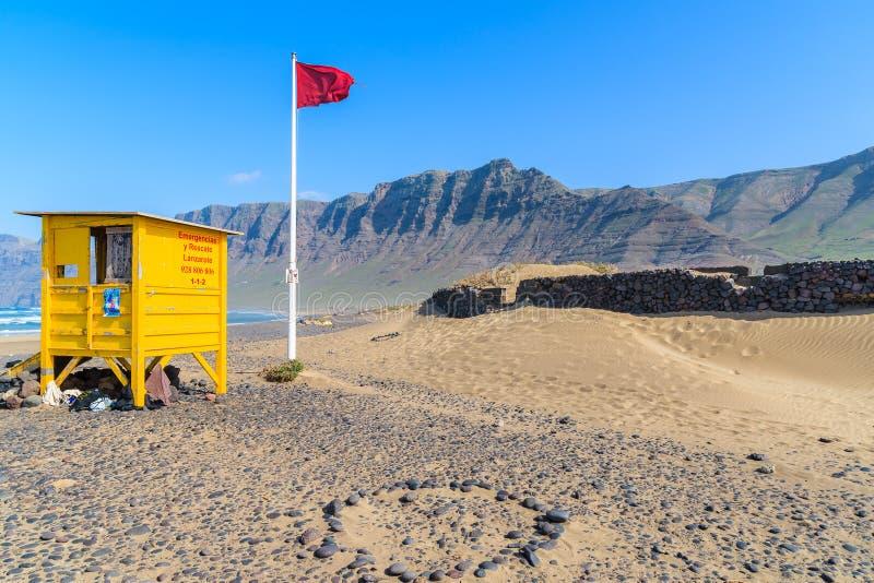 Duna di sabbia e cabina gialla del bagnino immagine stock for Cabina del biscotto di marthastewart com