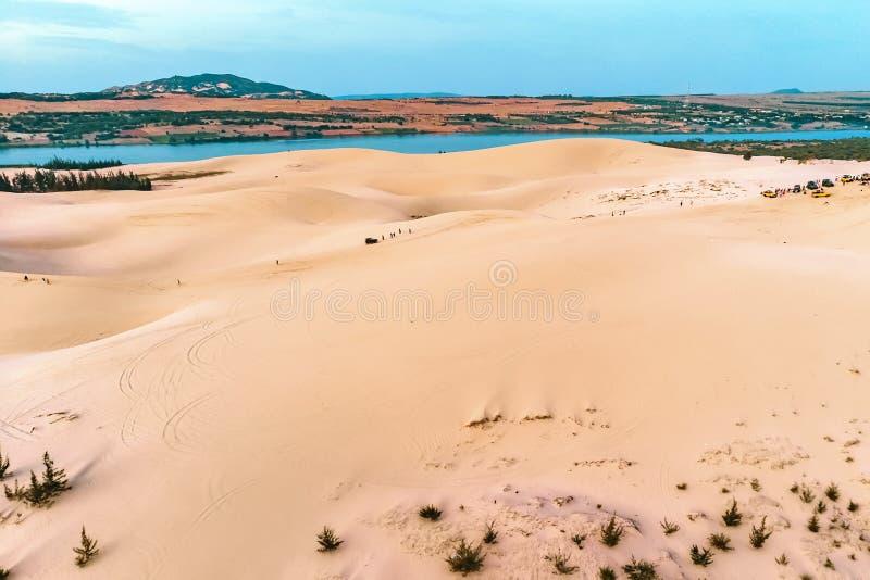 duna di sabbia in Mui Ne, Vietnam Bello paesaggio sabbioso del deserto Dune di sabbia sui precedenti del fiume Alba nelle dune di immagini stock