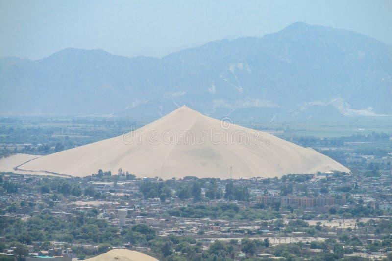 Duna di sabbia nella città fotografie stock