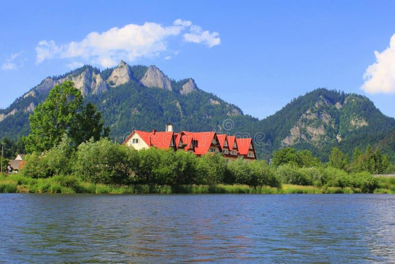 Dunajec flod och tre kronor som är maximala i Pieniny berg på sommar, Polen arkivbilder