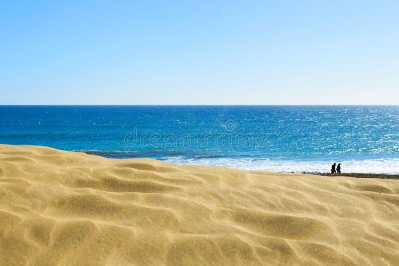 Dunas de areia amarelas no fundo de um oceano bonito nave Abrandamento fotos de stock