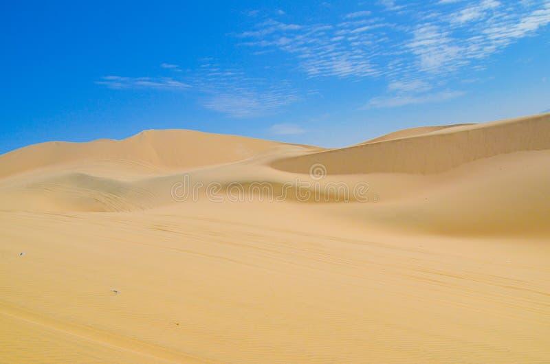 Dunas de areia do deserto de Atacama, perto de Huacachina na região do AIC, Peru fotografia de stock