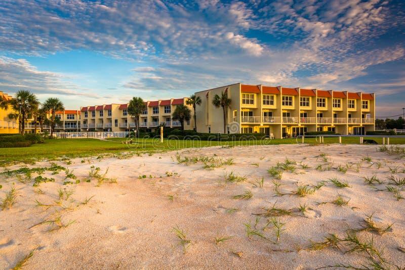 Dunas de areia e hotel beira-mar em St Augustine Beach, Florida foto de stock royalty free