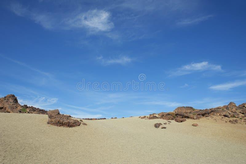 Dunas de areia em Minas de San Jose contra o céu claro azul no parque nacional de Teide, em Tenerife, Ilhas Canárias, Espanha imagem de stock royalty free