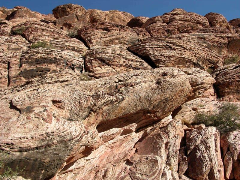 Dunas de areia fósseis corroídas na garganta vermelha da rocha perto da montanha de Kraft imagem de stock
