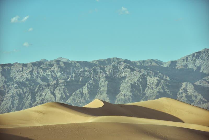 Dunas de areia lisas do Mesquite no Vale da Morte imagem de stock royalty free