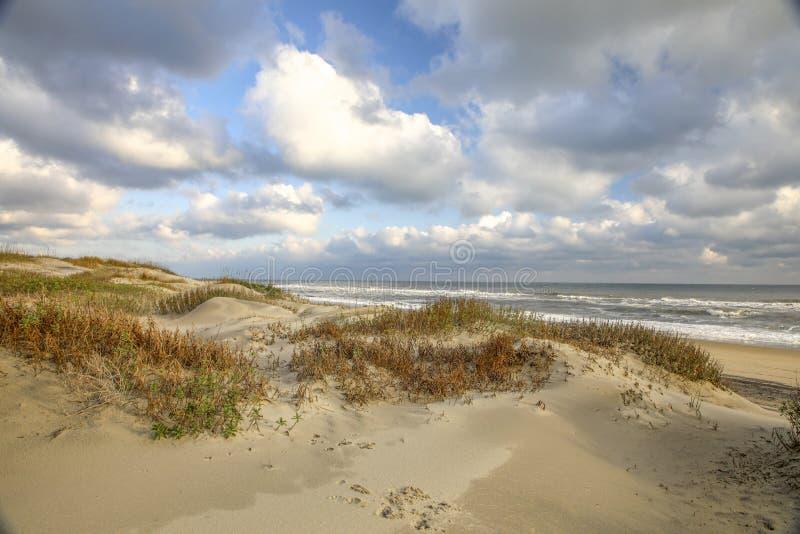 Dunas de areia pela praia foto de stock