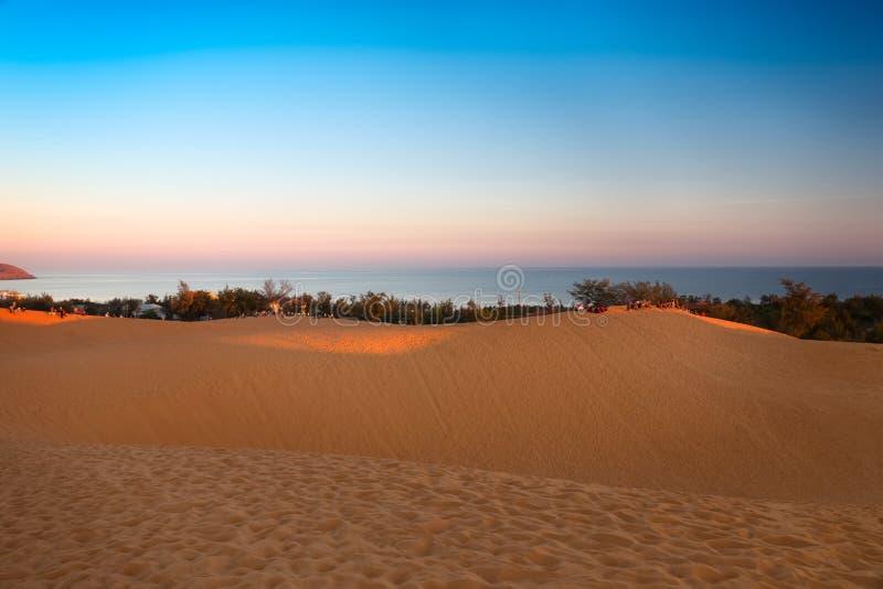 Dunas de areia vermelhas em Mui Ne no por do sol, Vietname foto de stock royalty free