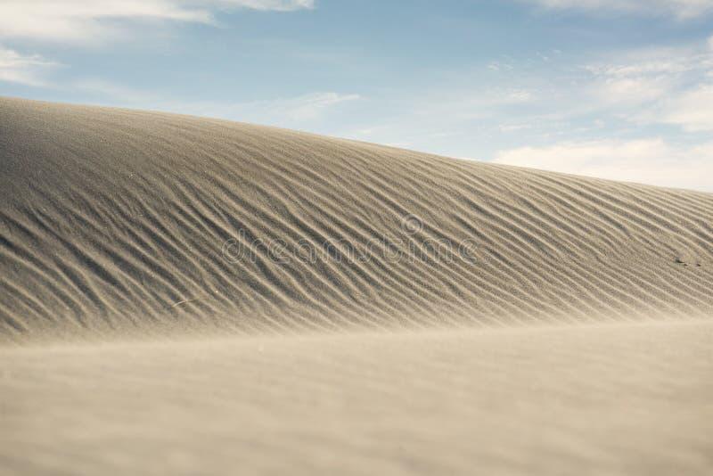 Dunas de arena blancas hermosas debajo del cielo azul imágenes de archivo libres de regalías
