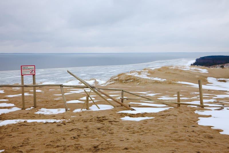 Dunas de arena con nieve fotos de archivo