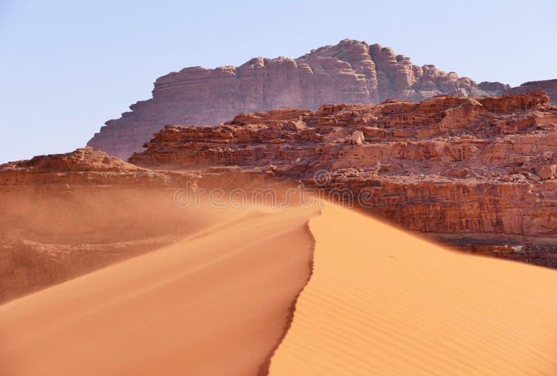 Dunas de arena del paisaje que soplan hermoso en Wadi Rum Desert, Jordania fotos de archivo libres de regalías