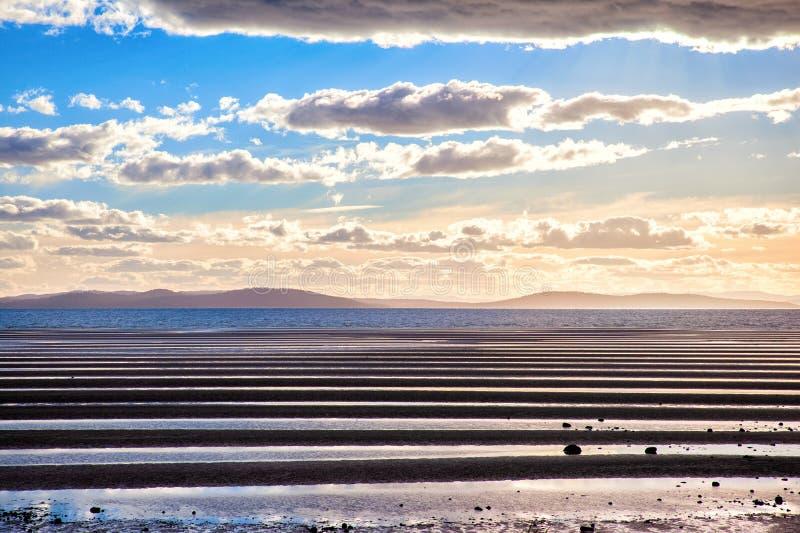 Dunas de arena durante la bajamar en la bahía de Dunalley - Tasmania, Australia fotografía de archivo libre de regalías