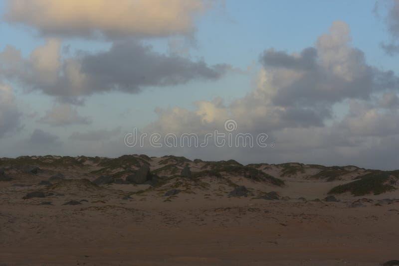Dunas de arena hermosas del balanceo en Noord Aruba fotos de archivo libres de regalías