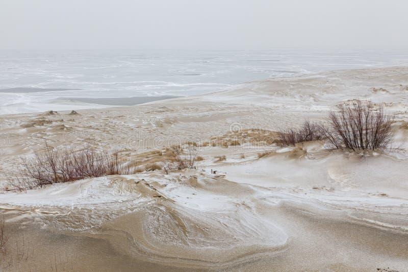 Dunas de arena nevadas imagenes de archivo
