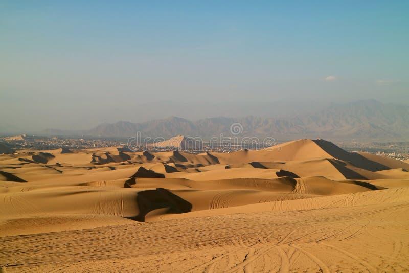 Dunas de arena de oro con las impresiones de la rueda de los coches de playa, Huacachina, AIC, Perú fotografía de archivo