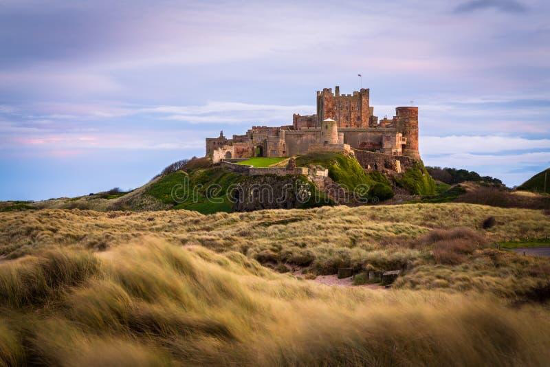 Dunas de oro Northumberland del castillo de Bamburgh fotos de archivo libres de regalías