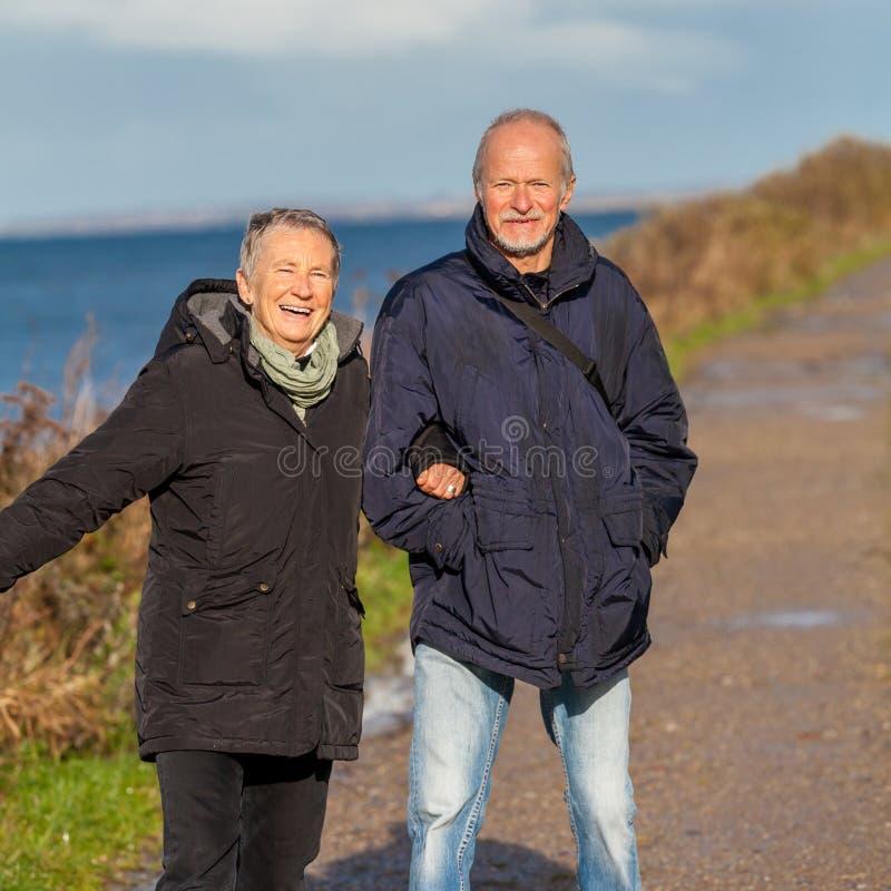 Dunas de relaxamento do mar Báltico dos pares maduros felizes foto de stock