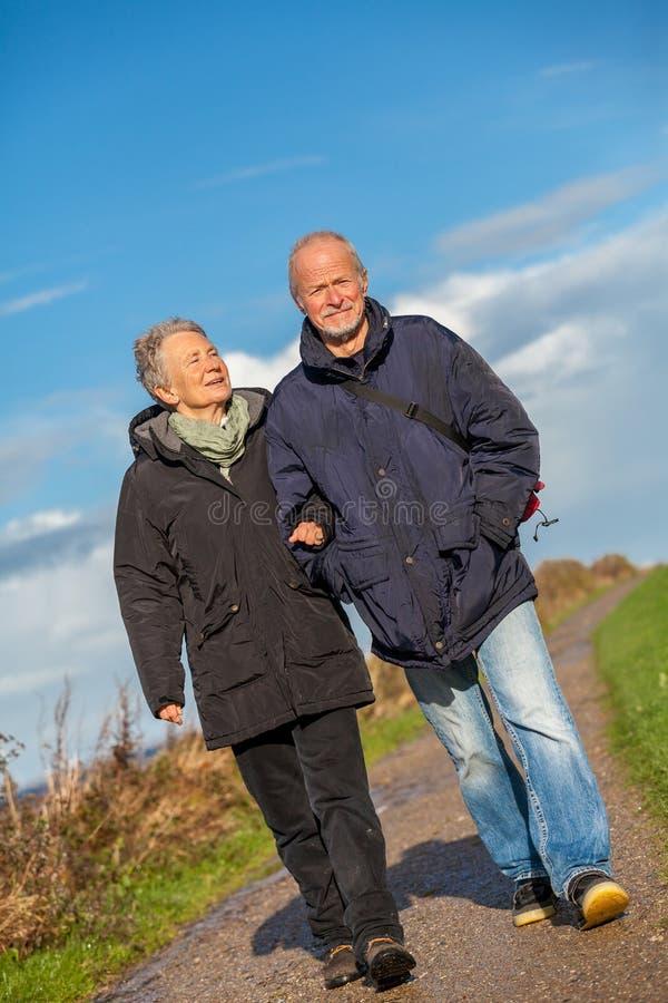 Dunas de relaxamento do mar Báltico dos pares maduros felizes foto de stock royalty free