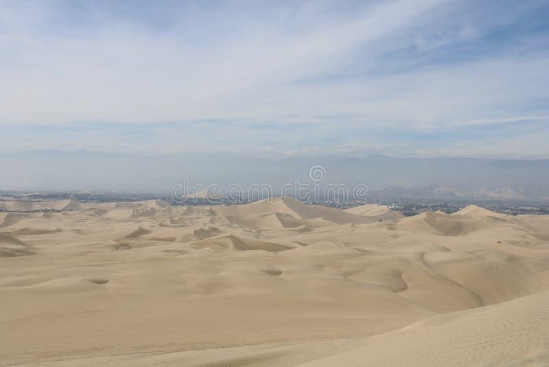 Dunas del desierto en Perú con una hermosa vista fotografía de archivo libre de regalías