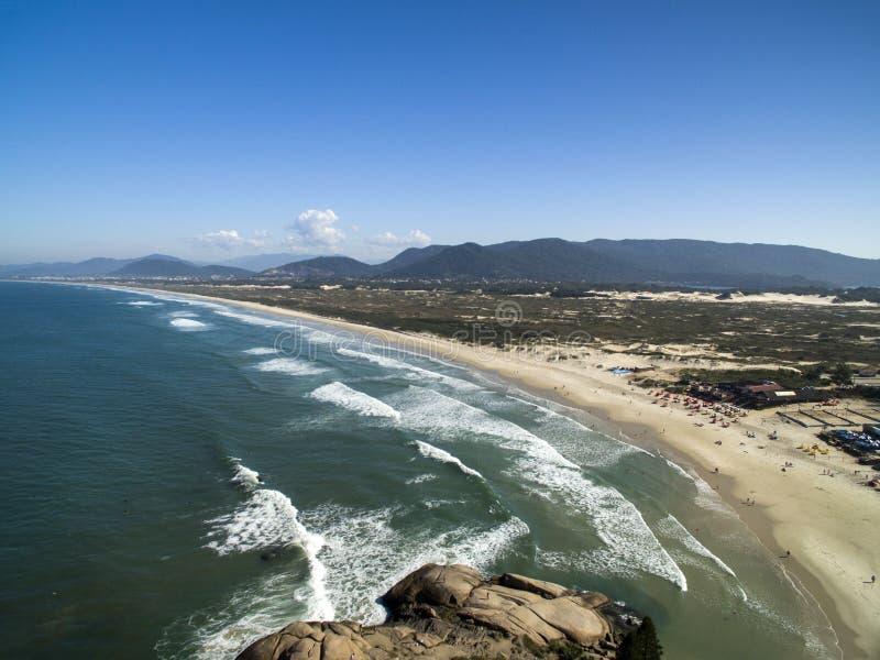 Dunas en día soleado - playa de la visión aérea de Joaquina - Florianopolis - Santa Catarina - el Brasil En julio de 2017 fotos de archivo