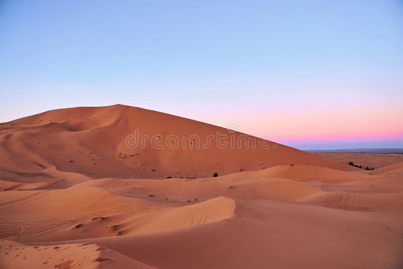Dunas grandes en el desierto del Sáhara durante puesta del sol imágenes de archivo libres de regalías